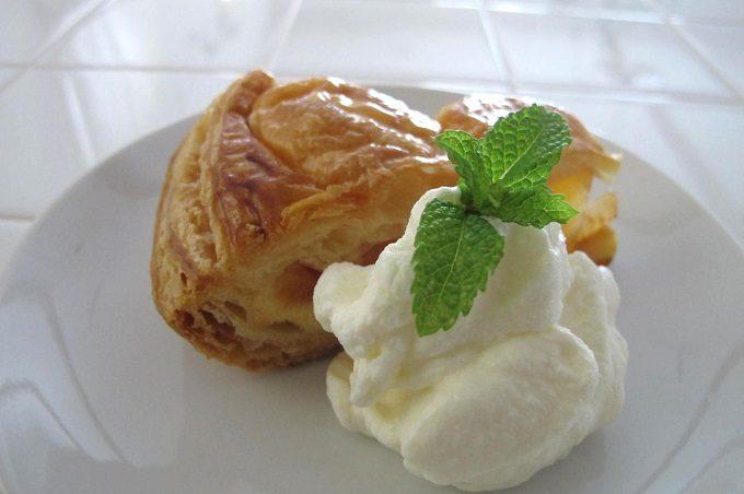 アップルパイに添えたホイップクリーム