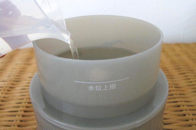±0(プラスマイナスゼロ)アロマディフューザーに給水用計量カップで水を入れる