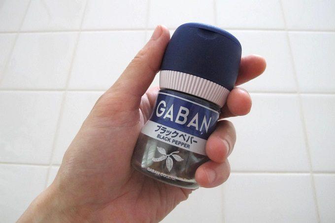 GABAN ブラックペパー ミル付きを手に持った感じ