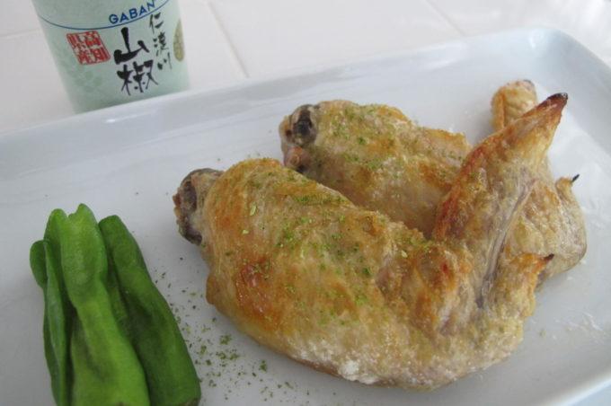 鶏の手羽先の塩焼き 山椒をミルで挽く