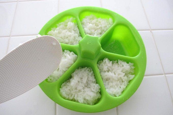 マドーレ ライスボールメーカー 6 おにぎりの作り方 ご飯を入れる