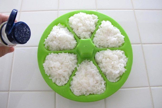 マドーレ ライスボールメーカー 6 おにぎりの作り方 塩を振る